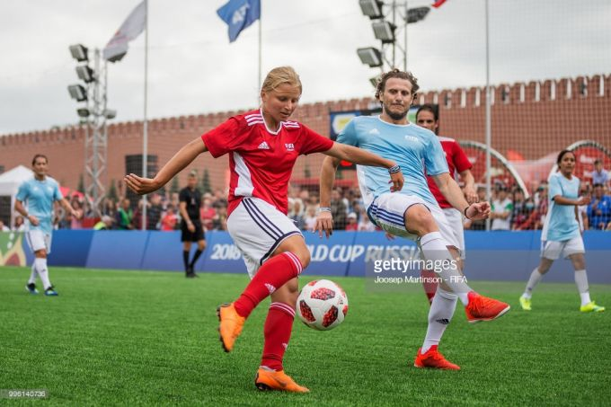 """Rossiya va jahon futboli afsonalari """"Qizil maydon""""da futbol o'ynashdi + FOTOGALEREYA"""