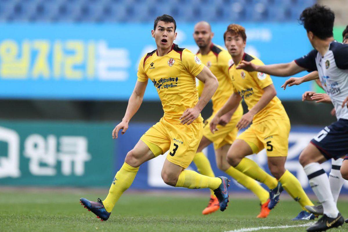 """Muxlisdan savol. Rustam Ashurmatov: """"O'zbek futbolchilarining reklamasini ko'paytirish kerak"""""""